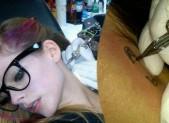 Avril Lavigne, il tatuaggio sul collo